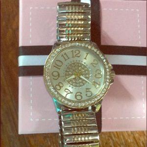 Beautiful dressy watch! New never worn, works !
